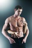 Sexy spier naakte mens en vrouwelijke handen Royalty-vrije Stock Fotografie