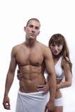 Sexy spierpaar dat op wit wordt geïsoleerde stock afbeelding