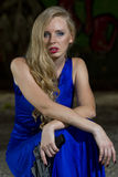 Spion im blauen Kleid mit Gewehr Stockbilder