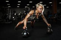 Sexy sportliches Mädchen auf TURNHALLE Stockbild