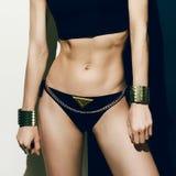 Sexy Sportmädchen in der modernen Kleidung Stockfoto