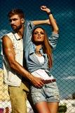 Sexy stilvolle blonde junge Frau und Mann der schönen Paare Stockfoto