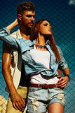 Sexy stilvolle blonde junge Frau und Mann der schönen Paare Lizenzfreies Stockbild