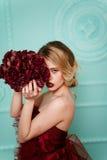 Sexy stilvolle blonde Schönheit auf dem Sofa Lizenzfreies Stockbild