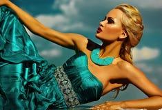 Sexy stilvolles blondes Modell mit hellem Make-up im Abendkleid Lizenzfreie Stockfotografie