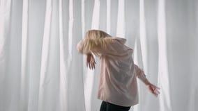 Sexy Straßentänzer, der am Fenster einen Tanz in einem Studio, allein ausbildend durchführt stock video