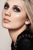Sexy straatvrouw met de donkere make-up van het manieroog Sluit omhoog portret Royalty-vrije Stock Afbeelding