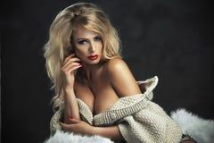 Sexy strenge Frau mit den roten Lippen Stockfoto
