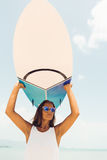 Sexy Surfermädchen auf dem Seeozeanstrand Stockfotos