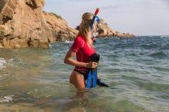 Sexy Tauchermädchen im sportwear, das ihr Tauchen vorbereitet Stockbilder