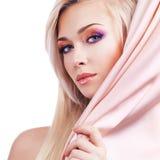 Sexy tedere vrouw met roze zijde. royalty-vrije stock foto