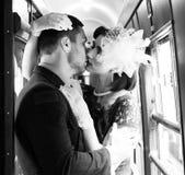 Sexy uitstekend paar die en elkaar passionately in gang van trein kussen houden royalty-vrije stock foto