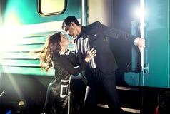 Sexy umgearbeitete junge Paare auf der Station über Zug Stockbilder