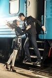 Sexy umgearbeitete junge Paare auf der Station über Zug Stockfotografie