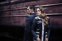 Sexy umgearbeitete junge Paare auf der Station über Zug Stockfotos