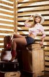 Sexy und glückliches Cowgirl, das in einer Scheune aufwirft Stockbild