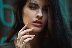 Sexy und hübscher Brunette kurz gesagt aufwerfend auf den Straßen Stockfotos
