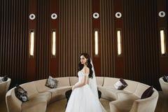 Sexy und junge vorbildliche Frau mit perfektem Körper und große Brüste im modernen Heiratskleid mit nackten Schultern lizenzfreie stockfotos