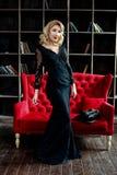 Sexy und schöne junge blonde Frau, die im Studio aufwirft Stockbild