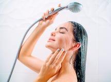 Sexy vorbildliches Mädchen der Schönheit, das Dusche nimmt stockbilder