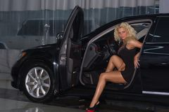 Sexy vrouw in auto Stock Foto