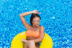 Sexy vrouw in bikini die de zomer van zon genieten en tijdens vakantie in pool looien Hoogste mening Vrouw in zwembad Sexy vrouw  Royalty-vrije Stock Foto