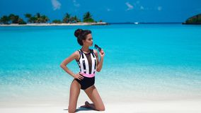 sexy vrouw in bikini op tropisch strand Vrij het slanke meisje stellen bij exotisch eiland door mooie turkooise oceaan modieus stock foto's