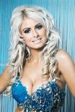 Sexy vrouw in blauwe die bikini door diamanten wordt behandeld Stock Afbeeldingen