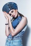 Sexy vrouw in denim blauwe vest en hoed royalty-vrije stock afbeeldingen
