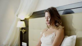 Sexy vrouw die aan haar laptop in de ochtend op bed werken stock videobeelden
