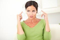 Sexy vrouw die aan muziek op hoofdtelefoons luisteren Royalty-vrije Stock Afbeelding