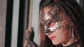 Sexy vrouw die het Venetiaanse masker van maskeradecarnaval dragen bij partij De vakantie maakt omhoog en toebehoren stock video