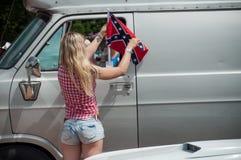 Sexy vrouw die met Amerikaanse manierstijl Amerikaanse vlag op vrachtwagen in de gebeurtenis van Harley zetten davidson stock foto