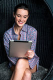 Sexy vrouw die op het apparaat van het aanrakingsstootkussen doorbladeren Stock Foto