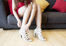 Sexy Vrouw die op Hoge Hielen zetten Stock Foto