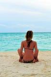 Sexy vrouw die op Indische Oceaan let Stock Afbeelding