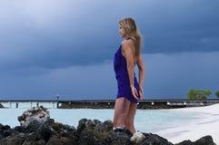 Sexy vrouw die op Indische Oceaan let Stock Foto's