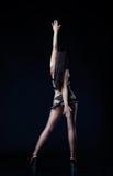 Sexy vrouw die over zwarte danst Stock Foto's