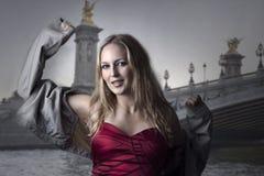 Sexy vrouw die in Parijs danst Stock Afbeeldingen