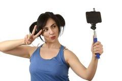Sexy vrouw die selfie foto met stok en het mobiele gelukkige telefooncamera stellen nemen stock afbeelding