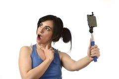 Sexy vrouw die selfie foto met stok en het mobiele gelukkige telefooncamera stellen nemen royalty-vrije stock foto's