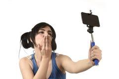 Sexy vrouw die selfie foto met stok en het mobiele gelukkige telefooncamera stellen nemen stock fotografie