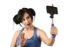 Sexy vrouw die selfie foto met stok en het mobiele gelukkige telefooncamera stellen nemen royalty-vrije stock afbeelding