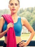 Sexy vrouw die sporten kleding dragen Stock Afbeeldingen