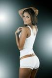 Sexy vrouw die witte mouwloos onderhemd en kousen draagt Stock Foto