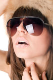 Sexy vrouw die zonnebril met suikerlippen draagt royalty-vrije stock foto's