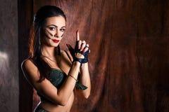 Sexy vrouw in eenvormig, militair, mooi portret van brunette in militaire eenvormig stock foto