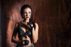 Sexy vrouw in eenvormig, militair, mooi portret van brunette in militaire eenvormig stock foto's