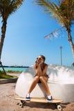 Sexy vrouw en longboard royalty-vrije stock foto's