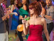 Sexy vrouw het drinken cocktail in nachtclub Stock Fotografie